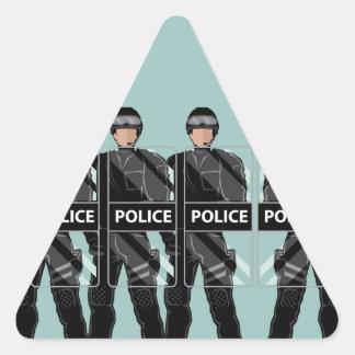 Policía antidisturbios con los escudos pegatina triangular