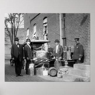 Policía con todavía confiscado, 1922. Foto del Póster
