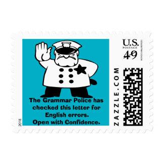 Policía de encargo de la gramática que supervisa sellos postales