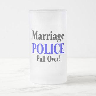 Policía de la boda, tirón encima taza de cristal