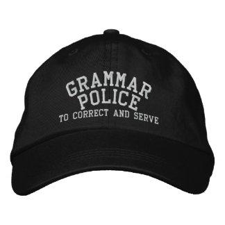 Policía de la gramática a corregir y a servir gorra de beisbol