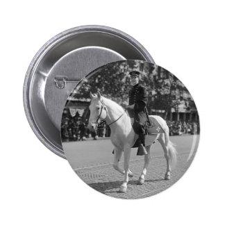Policía en el caballo blanco, 1921 pin