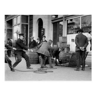 Policía que agarra a Liquor de contrabando, 1923 Tarjetas Postales