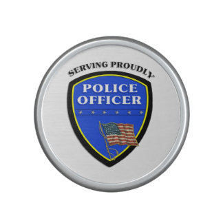 Policía que sirve orgulloso altavoz bluetooth