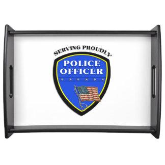 Policía que sirve orgulloso bandejas