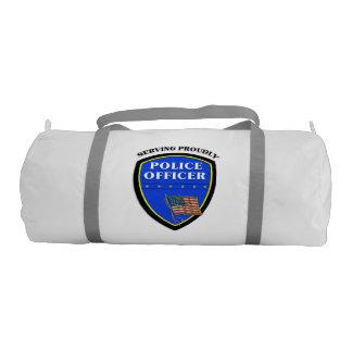 Policía que sirve orgulloso bolsa de deporte