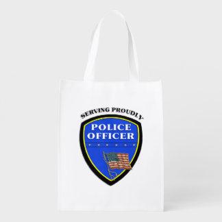 Policía que sirve orgulloso bolsas para la compra