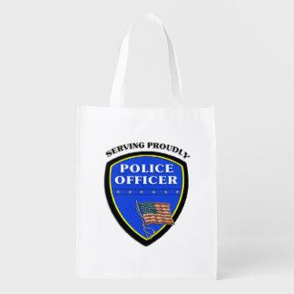 Policía que sirve orgulloso bolsa de la compra