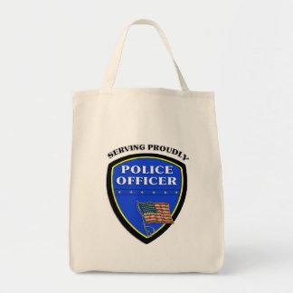 Policía que sirve orgulloso bolsa tela para la compra