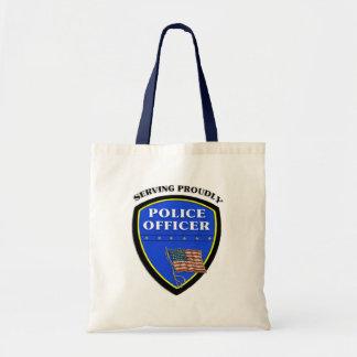 Policía que sirve orgulloso bolsas de mano