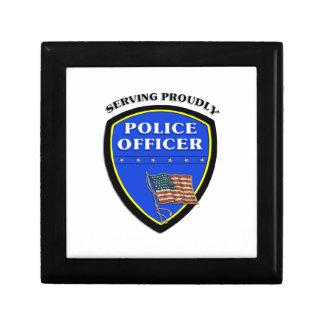 Policía que sirve orgulloso caja de recuerdo