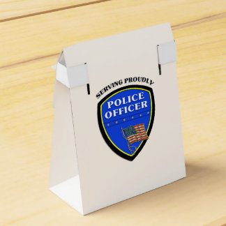 Policía que sirve orgulloso caja para regalo de boda