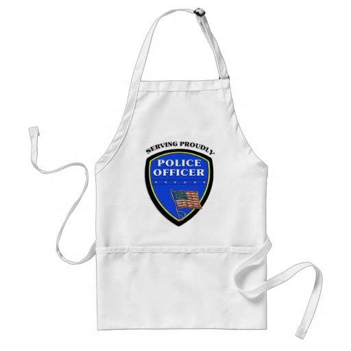 Policía que sirve orgulloso delantal