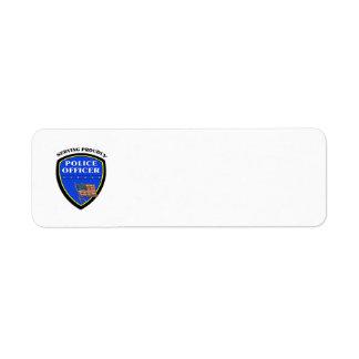 Policía que sirve orgulloso etiquetas de remite