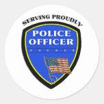 Policía que sirve orgulloso etiqueta redonda