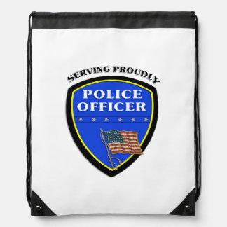 Policía que sirve orgulloso mochilas