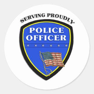 Policía que sirve orgulloso pegatina redonda