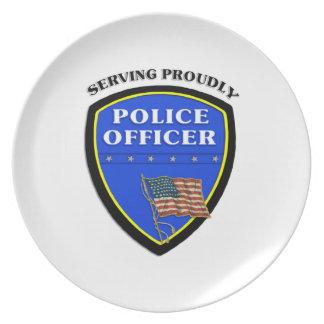 Policía que sirve orgulloso plato para fiesta