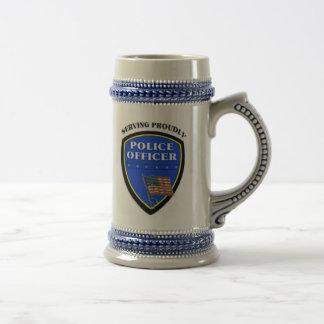 Policía que sirve orgulloso jarra de cerveza