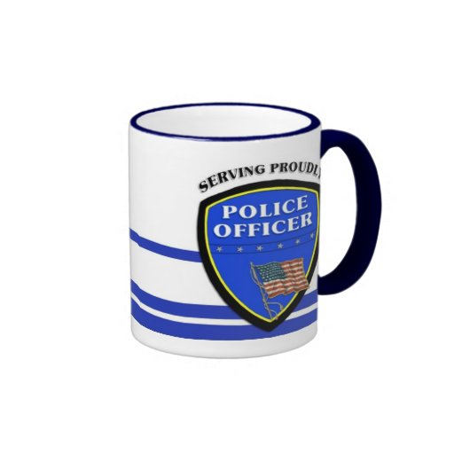 Policía que sirve orgulloso taza de dos colores