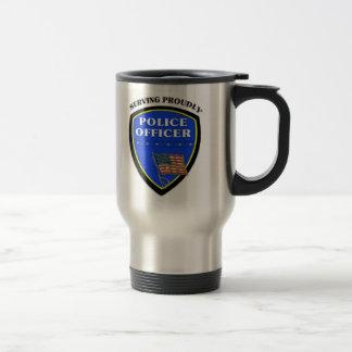 Policía que sirve orgulloso taza de viaje