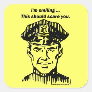 Policía sonriente. Humor del oficial Pegatina Cuadrada