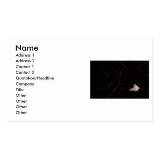 Polilla anaranjada y blanca contra fondo oscuro tarjeta personal