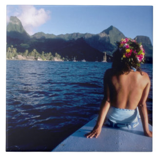 Polinesia francesa, Moorea. Mujer que disfruta de  Azulejo Cuadrado Grande