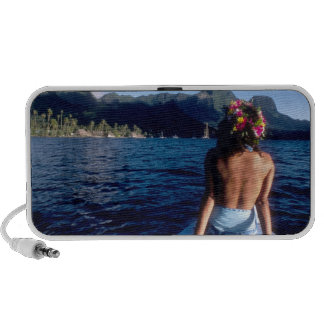 Polinesia francesa, Moorea. Mujer que disfruta de  iPod Altavoces