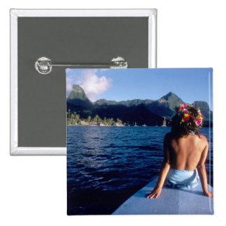 Polinesia francesa, Moorea. Mujer que disfruta de  Pin Cuadrada 5 Cm