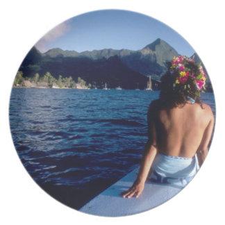 Polinesia francesa, Moorea. Mujer que disfruta de  Plato Para Fiesta
