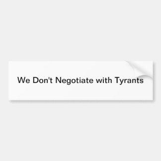 Política del tirano pegatina para auto