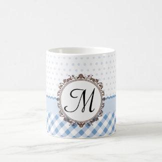 Polkadots azul, controles y rayas con el monograma tazas de café
