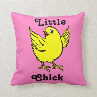 Pollo amarillo brillante del pequeño polluelo con cojines