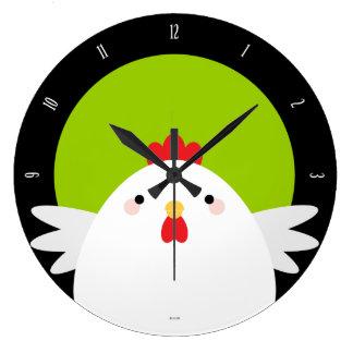 Pollo blanco en el reloj de pared verde