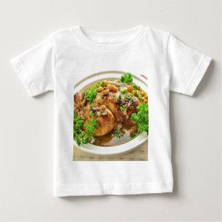 Pollo cocido con las uvas y el vino blanco camisas