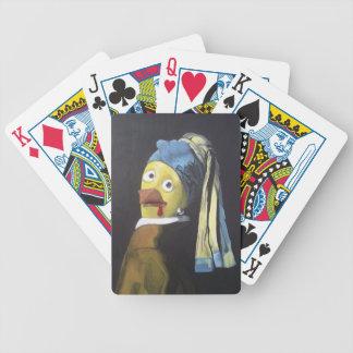 pollo con el pendiente de la perla barajas de cartas