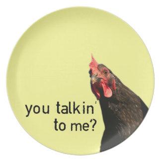 Pollo divertido de la actitud plato