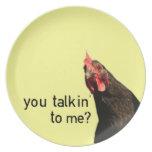Pollo divertido de la actitud platos