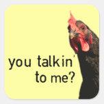 ¿Pollo divertido de la actitud - usted talkin a mí Calcomanías Cuadradas Personalizadas