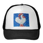Pollo en gorra rojo que canta en gorra de la nieve