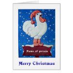 Pollo en gorra rojo que canta en tarjeta de la nie