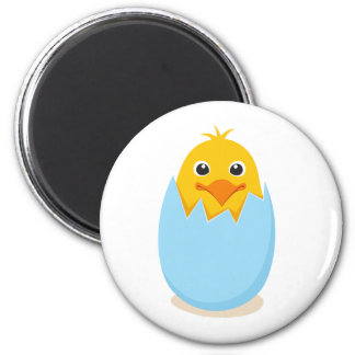 Pollo lindo que se sienta en una cáscara de huevo  imán redondo 5 cm