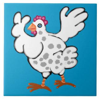 Pollo que agita sus alas azulejos