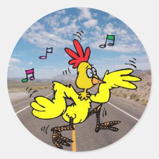 Pollo que cruza el camino pegatina redonda