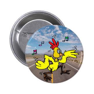 Pollo que cruza el camino pin redondo 5 cm