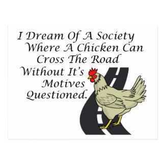 Pollo que cruza el camino postal