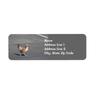 Pollo que cruza la etiqueta del remite del camino etiquetas de remite