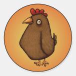Pollo rojo marrón que se coloca alto pegatina redonda