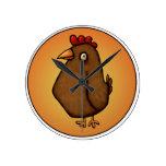 Pollo rojo marrón que se coloca alto relojes